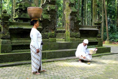 Mieszkańcy są wierzący i intensywnie praktykujący.
