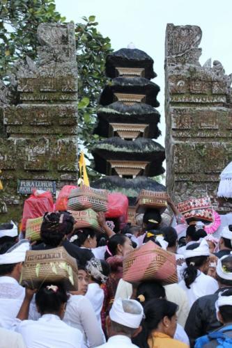 Tłumy podążają do świątyni.