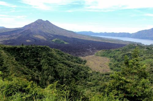 Krajobraz urozmaicają wulkany.
